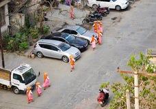 Nonnes marchant sur la rue pour l'aumône de matin à Mandalay, Myanmar photo libre de droits