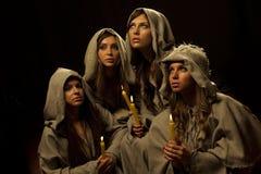 Nonnes praing avec des bougies images stock