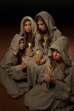Nonnes praing avec des bougies Photographie stock