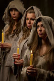 Nonnes praing avec des bougies Photo libre de droits