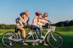 Nonni che aiutano la bicicletta di giro dei bambini Immagine Stock