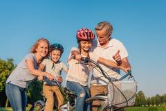 Nonni che aiutano la bicicletta di giro dei bambini Fotografia Stock Libera da Diritti