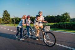 Nonni che aiutano la bicicletta di giro dei bambini Fotografie Stock Libere da Diritti