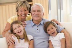 Nonni che propongono con i nipoti fotografie stock libere da diritti