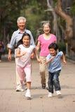 Nonni cinesi che camminano attraverso la sosta immagine stock libera da diritti