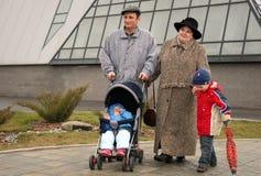 Nonni con i nipoti immagini stock libere da diritti