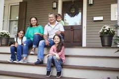 Nonni con i nipoti Sit On Steps Leading Up da dirigersi immagine stock