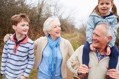 Nonni con i nipoti sulla passeggiata in campagna Immagini Stock