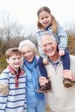 Nonni con i nipoti sulla passeggiata in campagna Fotografie Stock