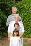 Nonni con loro sorridere dei bambini fotografia stock