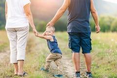 Nonni felici su una passeggiata con il loro nipote immagini stock libere da diritti