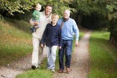 Nonno che cammina con il figlio ed il nipote Immagini Stock