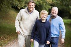 Nonno che cammina con il figlio ed il nipote Immagini Stock Libere da Diritti