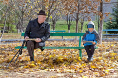 Nonno che guarda sopra il suo giovane nipote Fotografie Stock Libere da Diritti