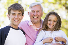 Nonno che ride con i nipoti Fotografie Stock Libere da Diritti
