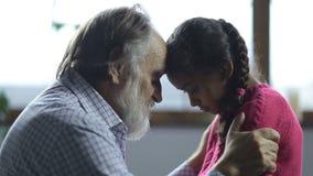 Nonno che rimprovera la sua nipote sporgente le labbra archivi video