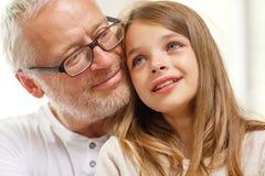 Nonno con gridare nipote a casa fotografia stock libera da diritti