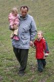 Nonno con i nipoti fotografia stock libera da diritti