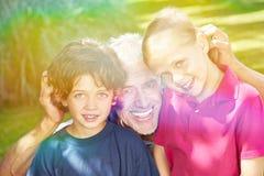 Nonno con i nipoti nel giardino fotografia stock libera da diritti