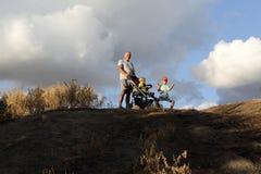 Nonno con i nipoti sulla collina Fotografia Stock