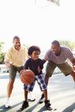 Nonno con il figlio ed il nipote che giocano pallacanestro Fotografie Stock