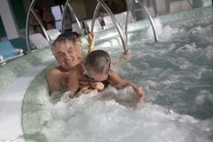Nonno con il nipote in Jacuzzi Fotografia Stock Libera da Diritti