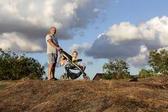 Nonno con il nipote sulla collina Fotografia Stock Libera da Diritti