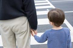 Nonno e nipote ad un crosswalk Fotografie Stock Libere da Diritti