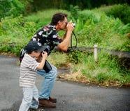 Nonno e nipote che catturano le maschere immagini stock libere da diritti