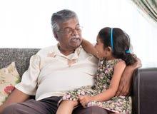 Nonno e nipote che comunicano Immagini Stock