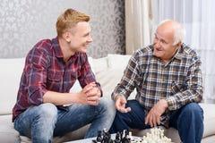 Nonno e nipote che giocano scacchi immagini stock libere da diritti