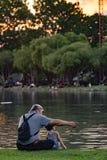 Nonno e nipote che si rilassano nel parco del chatuchak Immagine Stock
