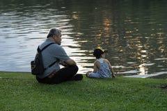 Nonno e nipote che si rilassano nel parco del chatuchak Fotografia Stock