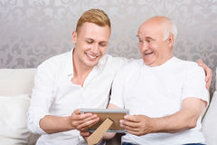 Nonno e nipote con la foto nel telaio Fotografie Stock Libere da Diritti