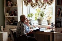 Nonno e nipote sul sofà a casa Nonno e bambini che guardano le vecchie foto fotografia stock