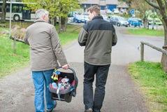 Nonno e padre che camminano con il piccolo figlio del bambino Immagini Stock Libere da Diritti