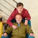 Nonno ed il suo nipote che spendono insieme tempo fotografia stock libera da diritti
