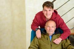 Nonno ed il suo nipote che spendono insieme tempo fotografie stock