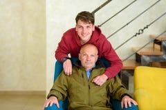 Nonno ed il suo nipote che spendono insieme tempo fotografia stock