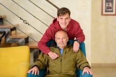 Nonno ed il suo nipote che spendono insieme tempo immagini stock