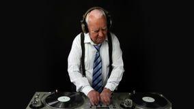 Nonno impressionante DJ stock footage