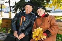 Nonno sul banco fotografie stock libere da diritti