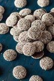 Nonpareils oscuros hechos en casa dulces del chocolate Fotos de archivo libres de regalías