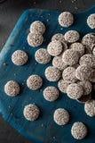 Nonpareils oscuros hechos en casa dulces del chocolate Fotos de archivo
