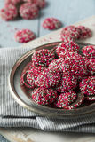 ` NonPareils rojos y blancos de s de la tarjeta del día de San Valentín del chocolate Foto de archivo