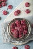` NonPareils rojos y blancos de s de la tarjeta del día de San Valentín del chocolate Imagen de archivo