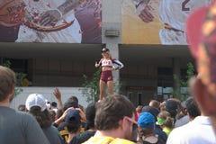 Nonszalanckiej dziewczyny podniecający tłum Fotografia Royalty Free