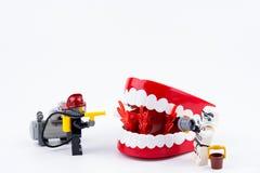 Nonthabure, Thailand - Mei, 17, 2017: Sto van Lego Fireman en Lego- Stock Afbeeldingen