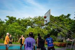 Nonthaburi在泰国,男人和妇女打在平均观测距离的篮球 图库摄影