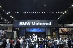 Nonthaburi,泰国- 2018年4月6日:在BMW摊陈列前面拥挤在第39个曼谷国际汽车展示会2018年 库存图片